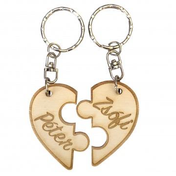 Gravírozott kulcstartó - Szív puzzle darabok egyedi nevekkel